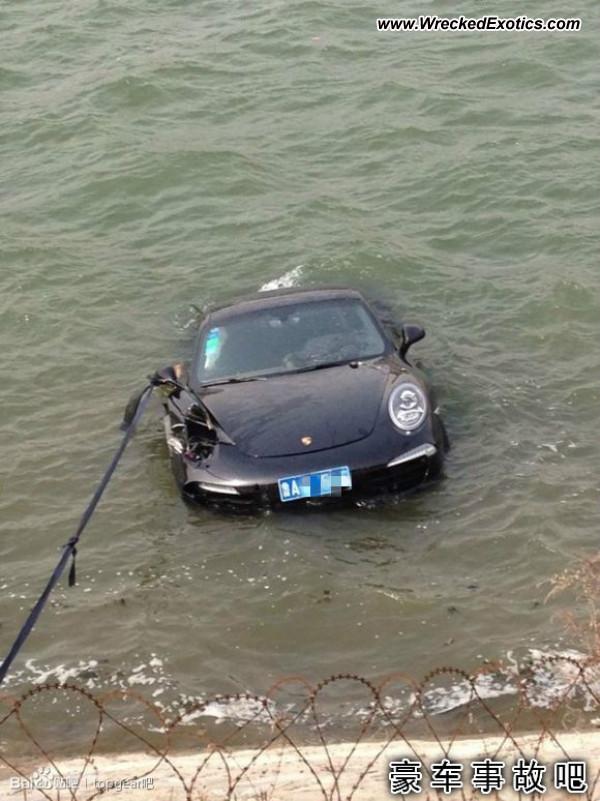 Porsche 911 sinks in lake in Jinan China