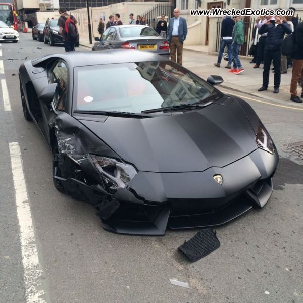 Lamborghini Aventador LP700-4 Nero Nemesis crash